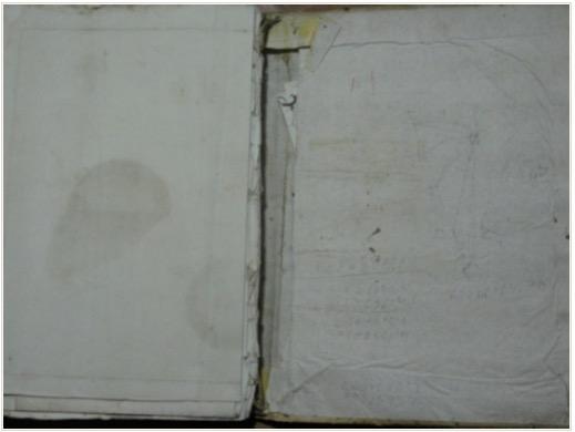 La misteriosa nota asomando entre la maltrecha tapa posterior y el forro.