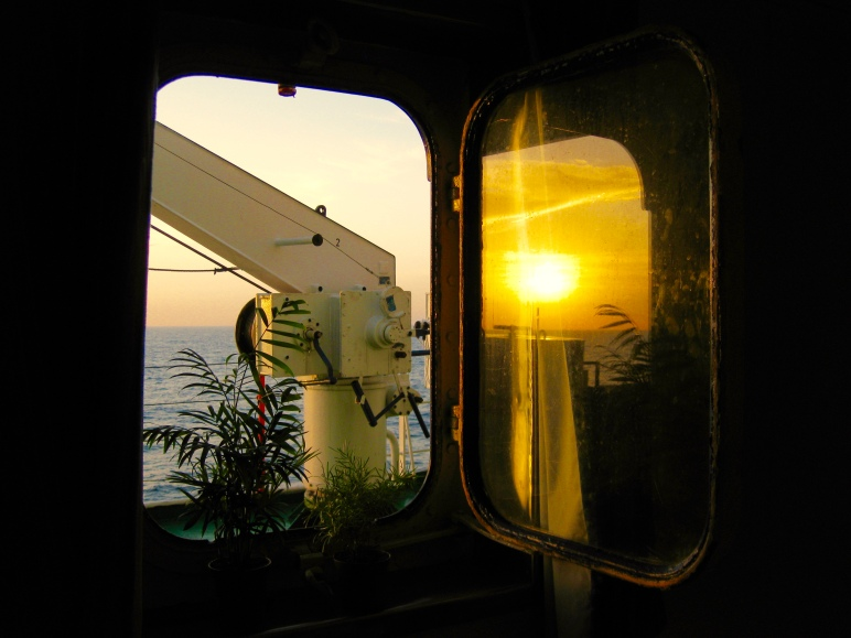 El atardecer reflejado en el cristal del portillo de mi camarote, mientras surcamos el Atlántico rumbo a las Islas Afortunadas. Bajo este portillo escribo estas entradas.