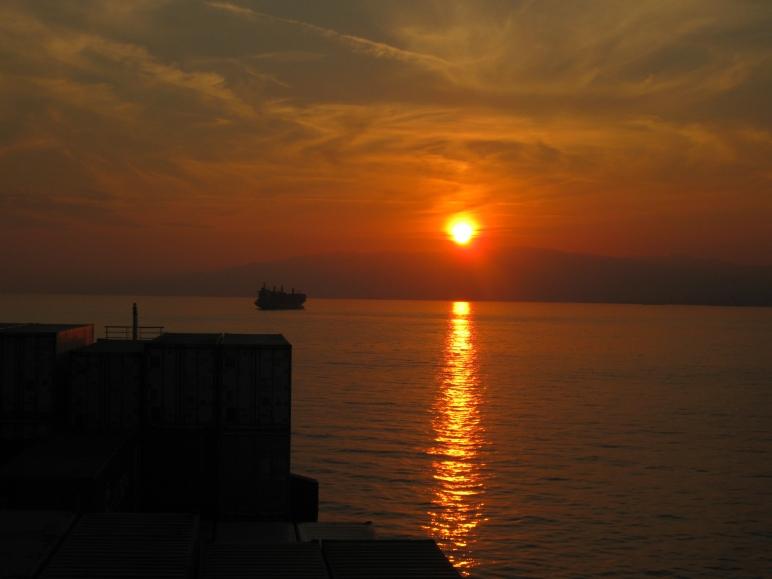 Atardecer mediterráneo, fondeados en el Golfo de Génova.
