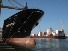 Grandes buques portacontenedores en el puerto de Livorno.
