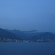 Génova y los montes ligures al crepúsculo.