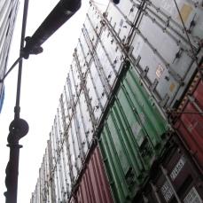 Contenedores cargados y trincados en cubierta.