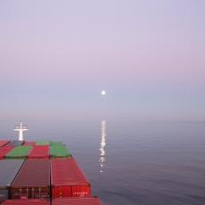 Luna llena al amanecer.
