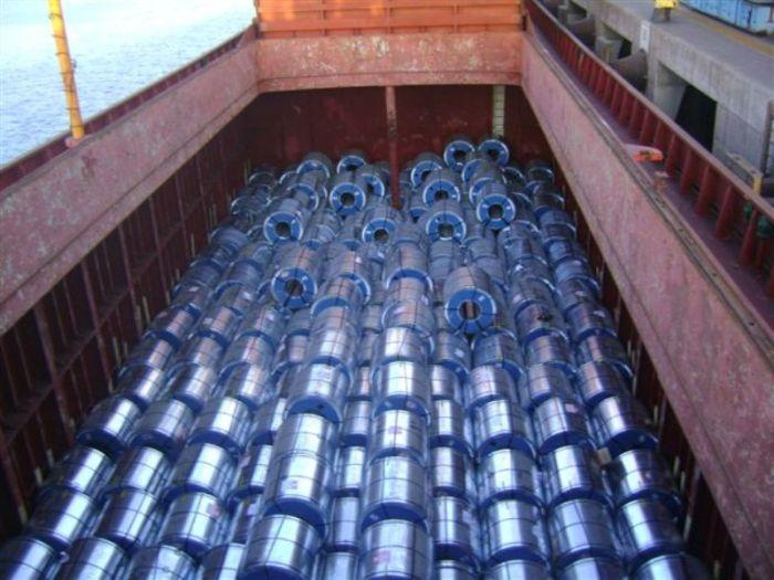 Bodega cargada con bobinas de acero