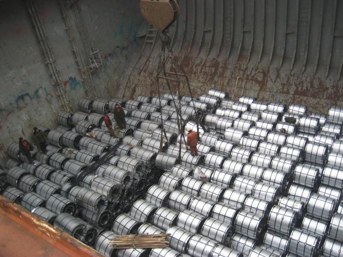 Carga de bobinas de acero en la bodega de un buque