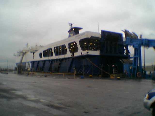Vista de la popa del rolón European Pioneer atracado en el puerto de Larne, Irlanda del Norte, a finales del 2003