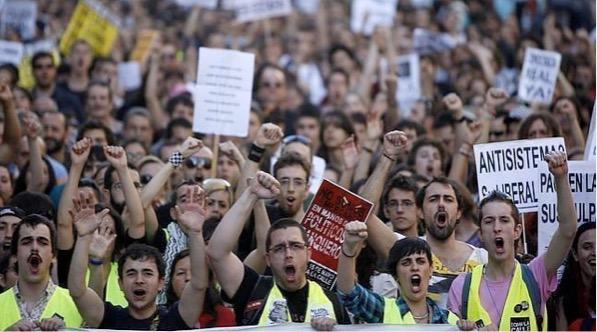 """Jóvenes de la plataforma """"¡Indignaos!"""" manifestándose en Madrid. EFE / MADRID Día 17/05/2011 - 18.08h ABC.es"""