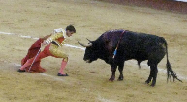 El Juli frente a su segundo toro de la tarde en la Plaza de Toros de Valencia.