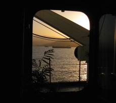 Buques anclados en la rada de Santa Cruz de Tenerife al atardecer, a través del portillo de mi camarote.