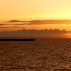 Nuestra derrota se cruza con la de un mercante de la Naviera Elcano en el momento del ocaso, en los 30º de latitud Norte.