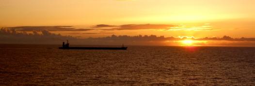 Nuestra derrota se cruza con la de un mercante de la Naviera Elcano en el momento del ocaso, en los 30º de latitud Norte. – Versión 2
