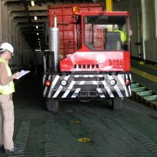 Controlando la carga en la bodega principal.