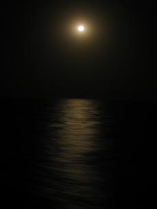 Luna llena sobre el Atlántico.