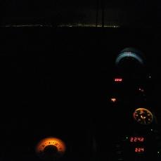 El compás del timonel. Al fondo, por la proa, las luces de Las Palmas.