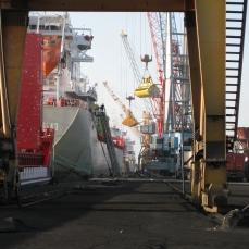 Las grúas descargan los buques atracados en los muelles de Agadir.
