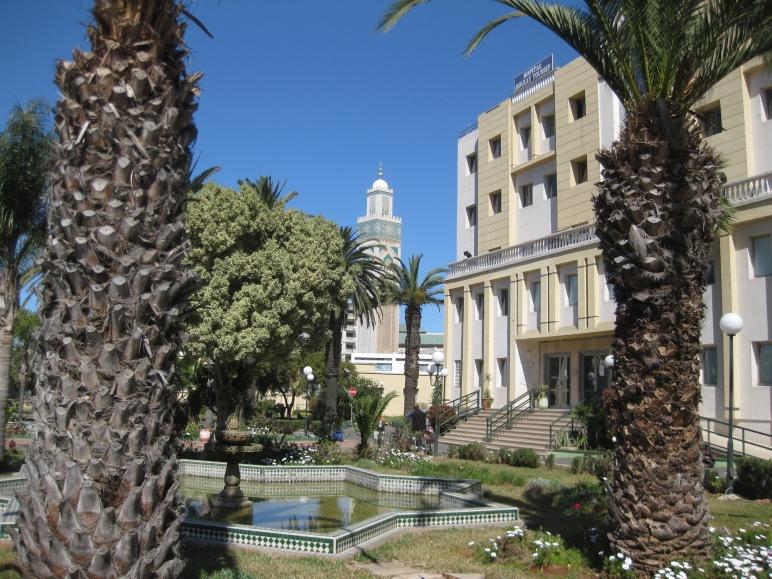 El minarete de la Mezquita de Hasan II, visto desde el jardín del hospital Moulay Youssef.