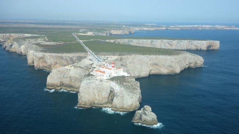 Cabo San Vicente, en bonanza. Al fondo la Ponta de Sagres. (Fotografía de autor desconocido, obtenida del archivo del portal de fotografía aérea de Portugal.)