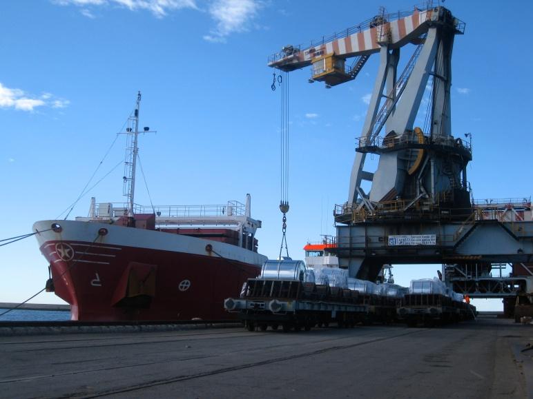 Carga de bobinas de acero en el puerto de Génova.