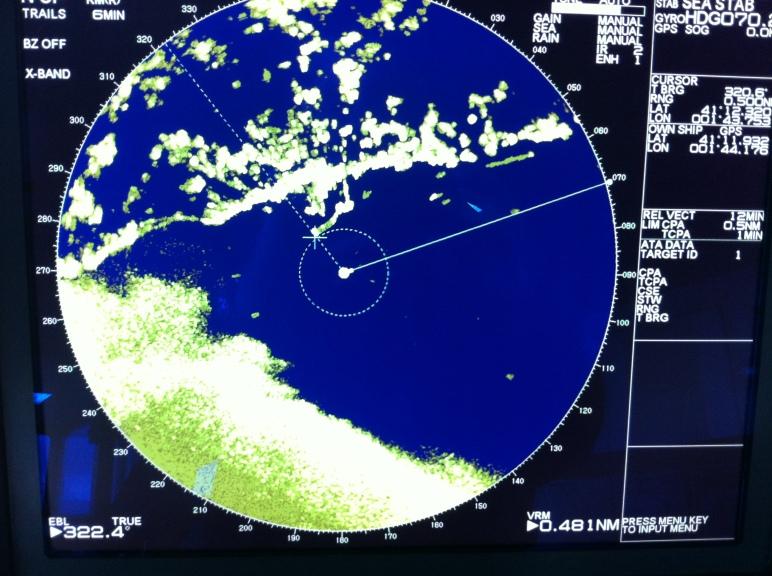 Observé en el radar una mancha amarilla que aparecía por el suroeste, avanzando hacia nosotros y extendiéndose poco a poco por la pantalla, cubriéndola, densa y espesa.