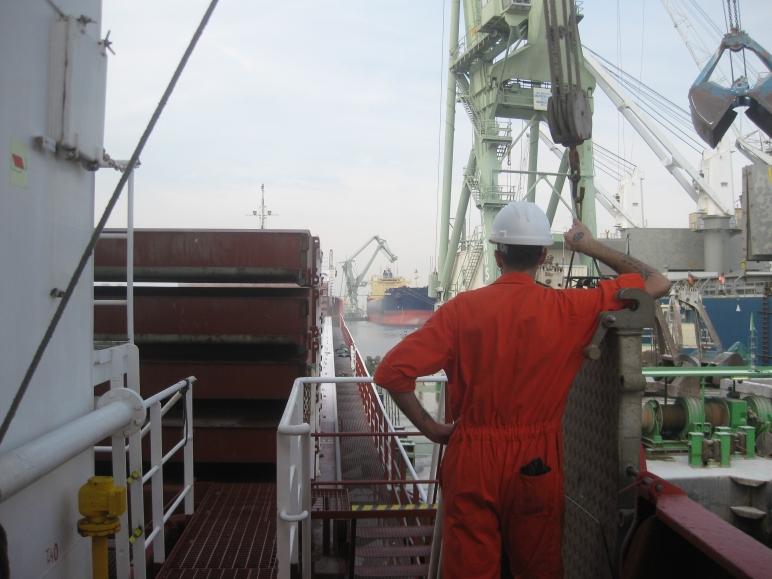 El Navegante observa las operaciones de carga en Amberes.