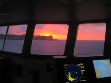 Crepúsculo intenso tras el faro de Cabo Mayor