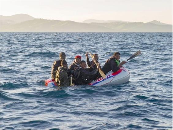 Inmigrantes a bordo de una balsa sobrecargada, en pos de las costas españolas.