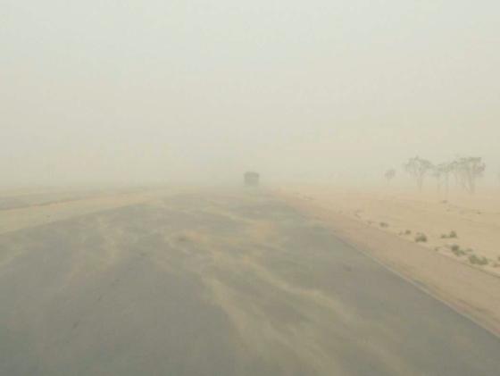 La carretera se perdía en la nube de polvo y arena que el Siroco arrastraba del desierto, y que se volvía más y más espesa a medida que me alejaba de los muelles.