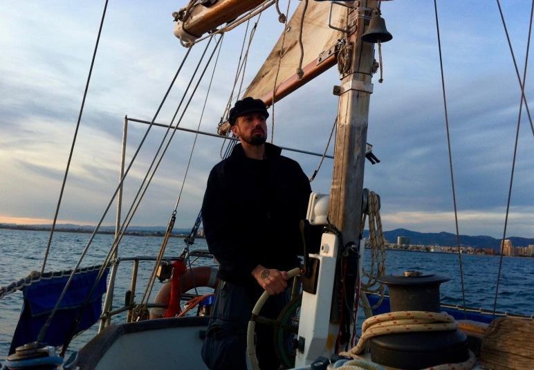 Llegó la mañana y nos hicimos a la Mar impulsados por un Lebeche matinal suave, comenzando la singladura con buen cariz.